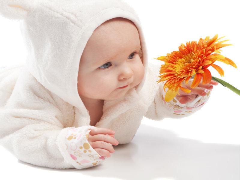 ребенок с цветами
