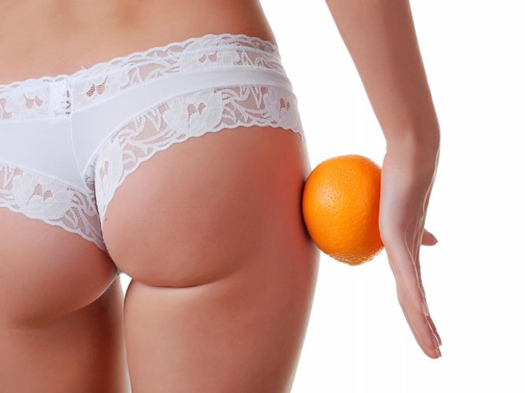 женская попа в трусиках и апельсин